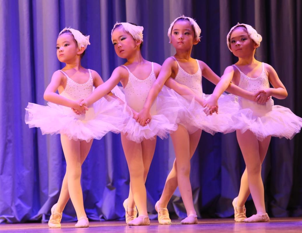 小女孩的大压腿 少儿舞蹈基本功